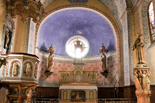 Le cœur de l'église de Rennes-Le-Château possédant deux enfants Jésus se faisant face