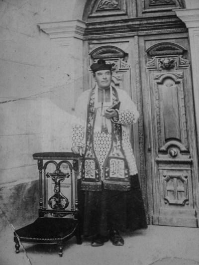 Bérenger Saunière curé de Rennes-Le-Château posant en habits sacerdotaux pour le photographe