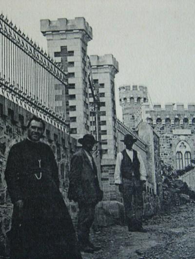 Bérenger Saunière curé de Rennes-Le-Château avec des ouvriers de ses chantiers