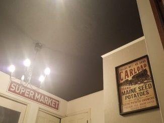 アクセントクロス 天井を暗い色に
