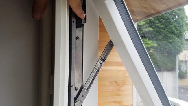 横すべり出し窓お掃除ボタン