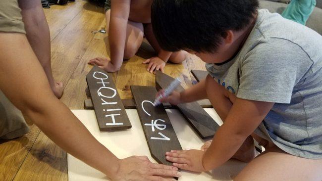 子供とDIY 油性マジックで看板に名前書き