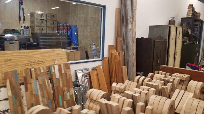 壁に木材を貼る