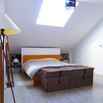 L'une des deux chambres créées dans les combles de l'immeuble, au-dessus de l'appartement d'origine.