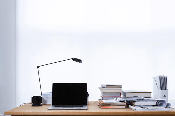 Un grand bureau permet à un étudiant en droit de s'étaler avec beaucoup de livres.