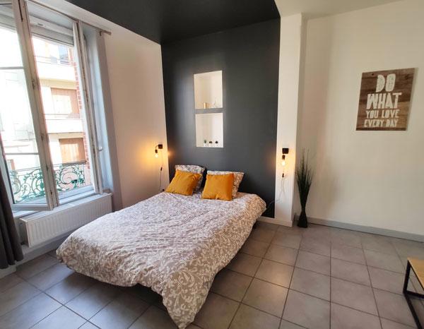 Chambre après création d'une tête de lit et peinture utilisée pour se démarquer des locations concurrentes