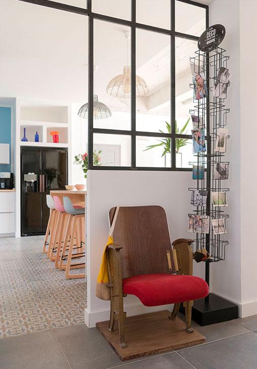 Installer un accessoire incongru comme un vieux tourniquet à cartes postales dans le salon pour créer une décoration unique