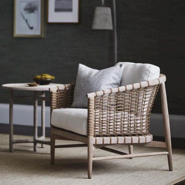 menambahkan aksen bantal pada kursi sofa