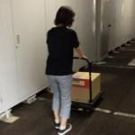 荷物を物置まで運ぶ