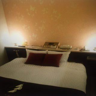 部屋とベッド