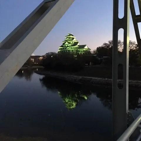 夕暮れの旭川の川面に映る岡山城