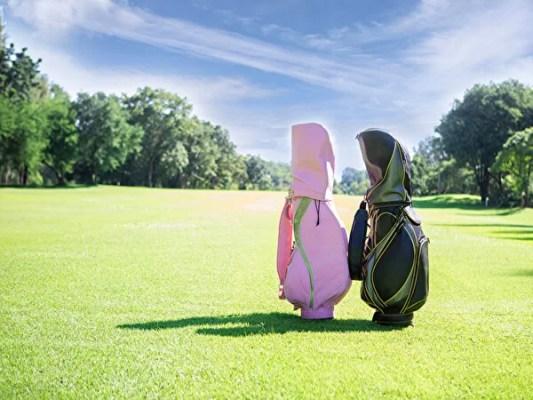 芝生の上にあるゴルフバッグ