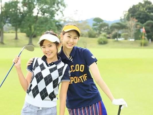 ゴルフウェアを着た女性2人組