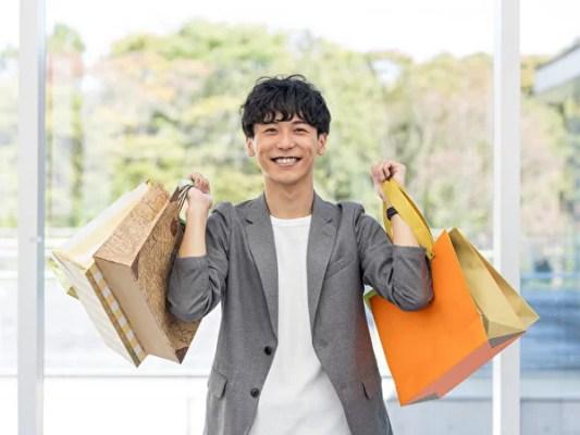 買い物袋を持つ男性