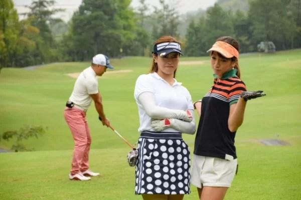 スロープレーに迷惑をしている女性ゴルファー
