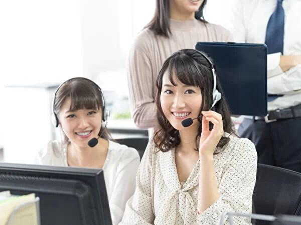 コールセンターで受電する女性