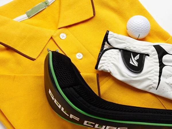 黄色いゴルフウェアとゴルフ用品