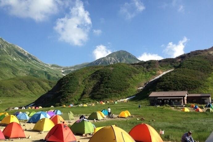 夏山のテントサイトと広い空