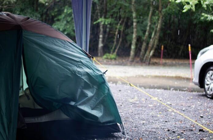 雨のキャンプテント