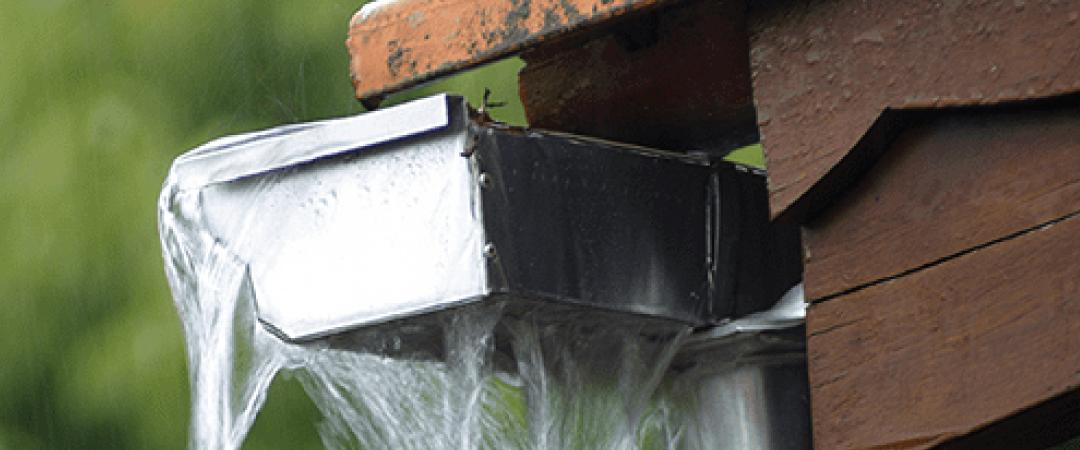 雨樋が詰まると排水機能が失われ、本来の「建物を守る」役割を果たせなくなってしまいます