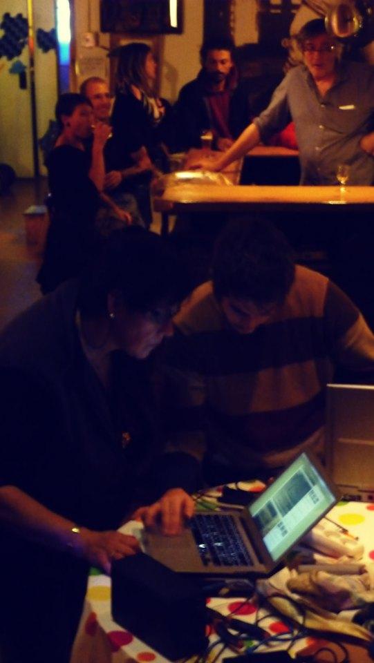 Photo de la recherche d'informations en ligne, sous le regard attentif de François