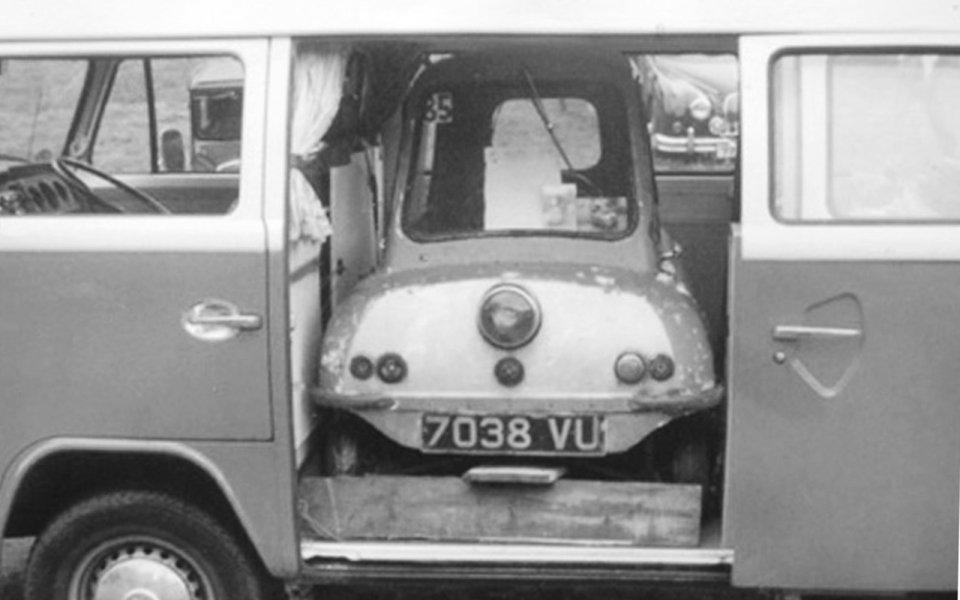 menor carro do mundo dentro de uma kombi