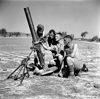 Personnel of the Saskatoon Light Infantry (M.G.) with a 4.2-inch mortar, Militello, Italy, August 22, 1943 / Des membres du Saskatoon Light Infantry (M.G.) avec un mortier de 4,2 pouces à Militello (Italie), le 22 août 1943
