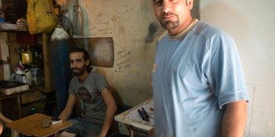 A Beyrouth, deux réfugiés syriens vivotent en travaillant dans un atelier de réparation d'électro-ménager