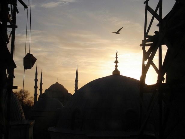 Silhouette d'engins de construction devant la mosquée Sainte Sophie, au soleil couchant
