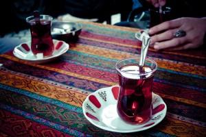 Deux verres de thé sur une nappe aux motifs colorés ; photo prise à Istanbul.