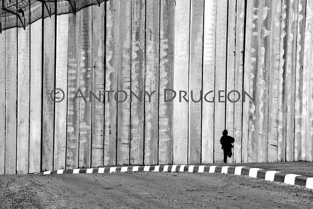 L'enfant et le mur. Beit Hanina, Jérusalem-Est.