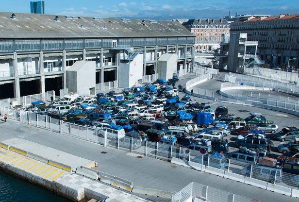 """""""Zmigris"""" rentrant en Algérie avec leurs voitures surchargées"""