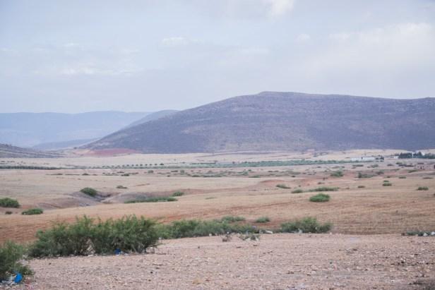 Photo de la frontière Maroc - Algérie, plan large de type paysage.
