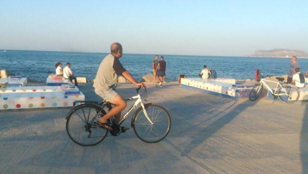 Un cycliste sur le front de mer de Palerme