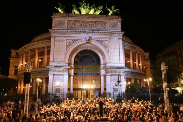 Orchestre devant le théâtre Massimo