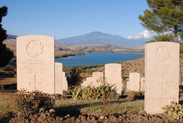 Cimetière canadien d'Agira, avec l'Etna à l'horizon