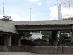 Escombros en la antigua salida del transporte UCV