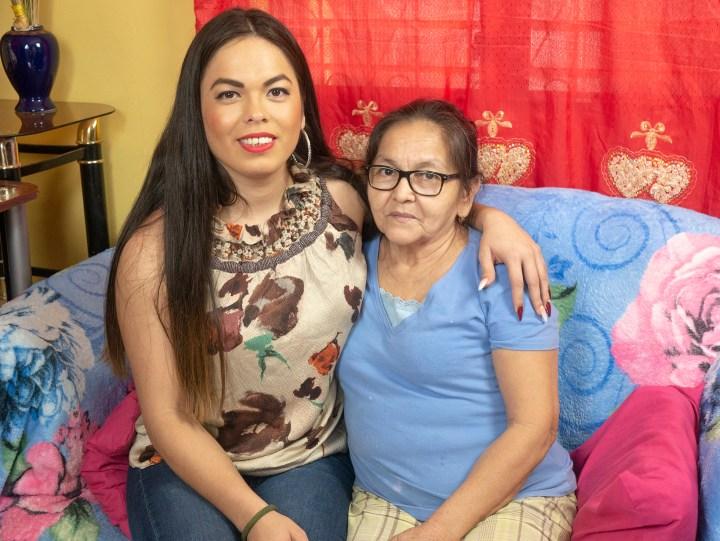 Kendra Jordani junto a su madre Dionisia. Foto: Reportar Sin Miedo.