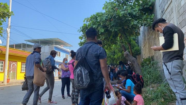 Migrantes centroamericanos en su mayoría hondureños solicitando asilo afuera de la COMAR en Tapachula, Chiapas. Foto: Dunia Orellana