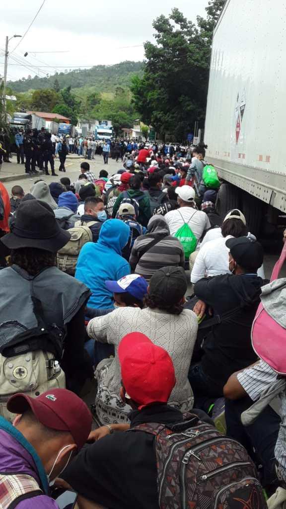Hondureñas y hondureños huyendo en la caravana migrante del 15 de enero del 2021. Foto: Reportar Sin Miedo