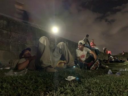 Migrantes hondureñas y hondureños a la espera de salir en la segunda caravana del 2021. Foto: Dennis Arita