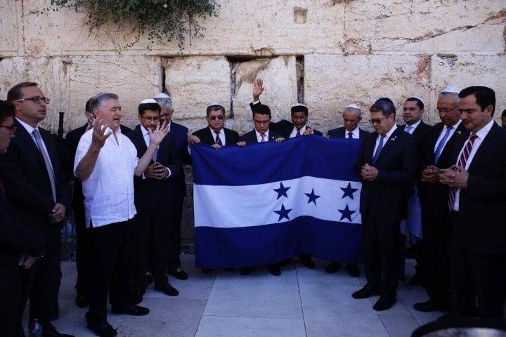 El presidente Juan Orlando Hernández junto al pastores Evelio Reyes y Eval Díaz y varios funcionarios público como Leonel Ayala en Jerusalen. Foto: Casa Presidencial