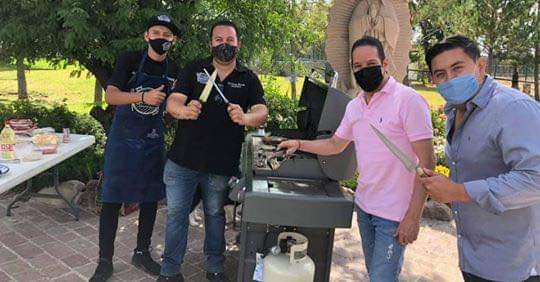 Gobernador de Querétaro arma carnita asada para festejar que es inmune al coronavuris.