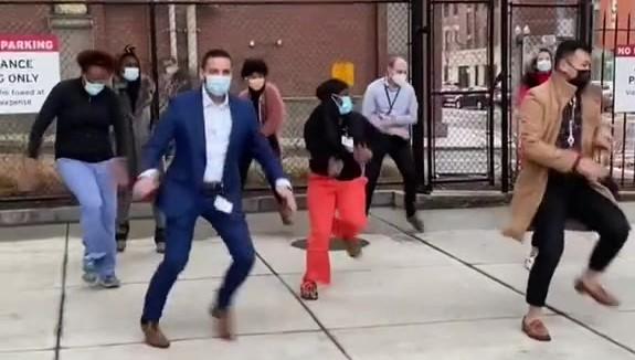 Bailando celebran llegada de vacuna contra COVID-19