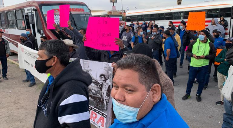 ¡Se les ignoró en licitación de Bravobus! Protesta de ruteros en Pueblito Mexicano