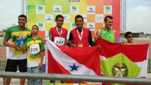 Leonam de Souza Araújo (c) foi destaque no atletismo com a conquista de duas medalhas - prata no salto em distância e ouro na prova dos 100m, na classe T11, para cegos