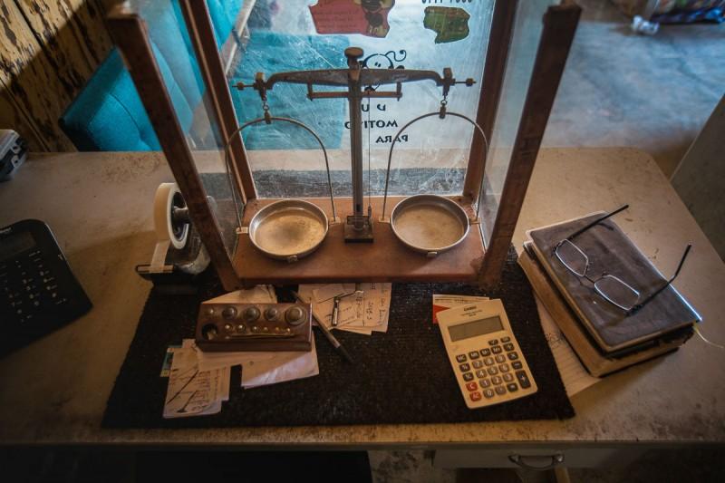 A balança está em todo o comércio de São José. Sem o garimpo do ouro, a vila não sobrevive (Foto: Guilherme Gomes)
