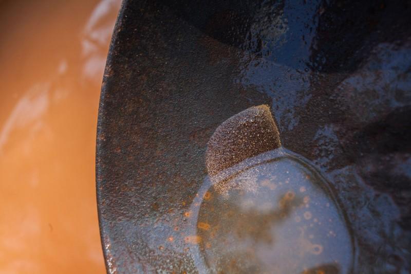 Presença do ouro é identificada manualmente pelos garimpeiros da comunidade (Foto: Guilherme Gomes)