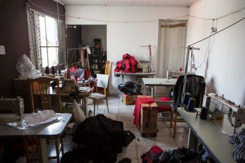 Dedos amputados e atraso no aprendizado: O drama de bebês em oficinas de costura