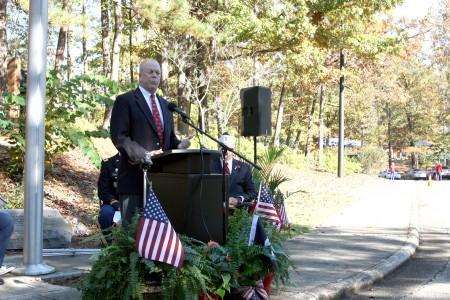 Dunwoody Mayor Mike Davis welcomes veterans to the city's Veterans Day celebration Nov. 11 in Brook Run Park. Photo by Ellen Eldridge.